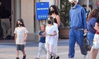 Mỹ nhân Megan Fox đưa 3 con đi chơi cùng bạn trai kém tuổi