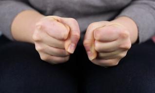 Nắm chặt ngón tay 5 giây, biết ngay lục phủ ngũ tạng có bệnh hay không: Đau ngón giữa có thể là bệnh tim